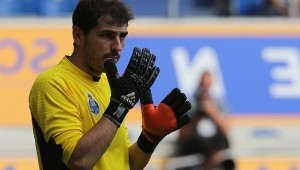 Goalkeeper Iker Casillas  of Porto awaits a corner kick during a  friendly soccer  match between German second division club of  MSV Duisburg and FC Porto Saturday, July 18, 2015 in Duisburg, western Germany. (AP Photo/Juergen Schwarz)