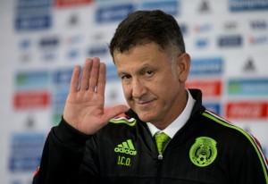 El nuevo técnico de la selección de México, Juan Carlos Osorio, durante su presentación el miércoles, 14 de octubre de 2015, en Ciudad de México. (AP Photo/Rebecca Blackwell)